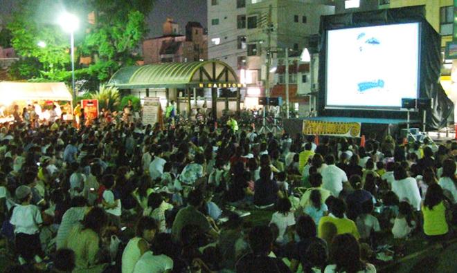 神戸の映画の祭典、新開地映画祭では人気アニメの野外上映会をおこないます。親子で楽しめる懐かしのアニメもあります!