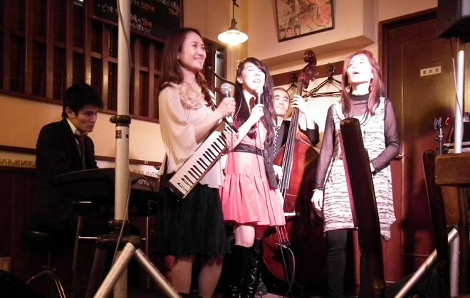 神戸新開地ジャズヴォーカルクイーンコンテスト歴代の入賞者をゲストに、映画音楽をテーマにしたジャズライブをおこないます。合言葉は「もっと気軽にジャズを」。